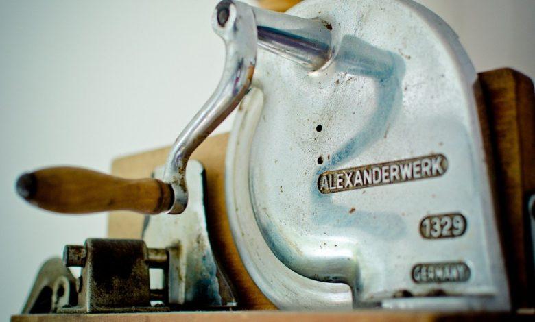 Allesschneider gibt es schon sehr lange - Heute in elektro, früher mit der Kurbel zu bedienen.