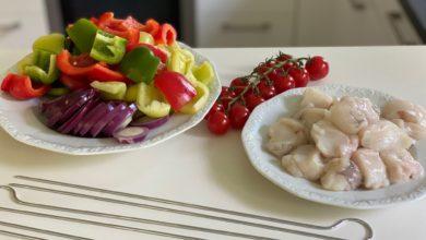 Seeteufel mit Gemüse auf dem Doppelspieß